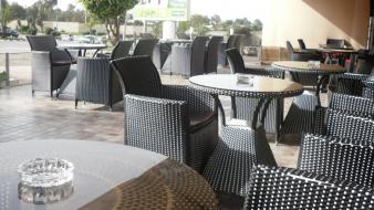 سلطات مدينة مغربية تجبر أصحاب المقاهي على توقيع إلتزام باحترام التدابير الوقائية وتُلزمهم بتقليص عدد المقاعد